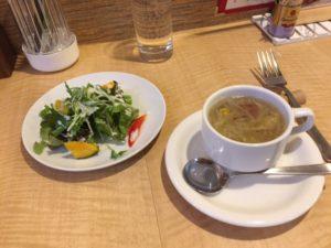 サラダとコンソメスープ