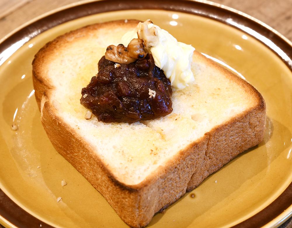 広島県産米粉パンにホイップ発酵バターと十勝産小豆をのせたあんバター