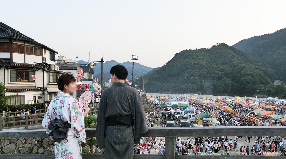錦帯橋でお祭りを眺める浴衣姿の二人