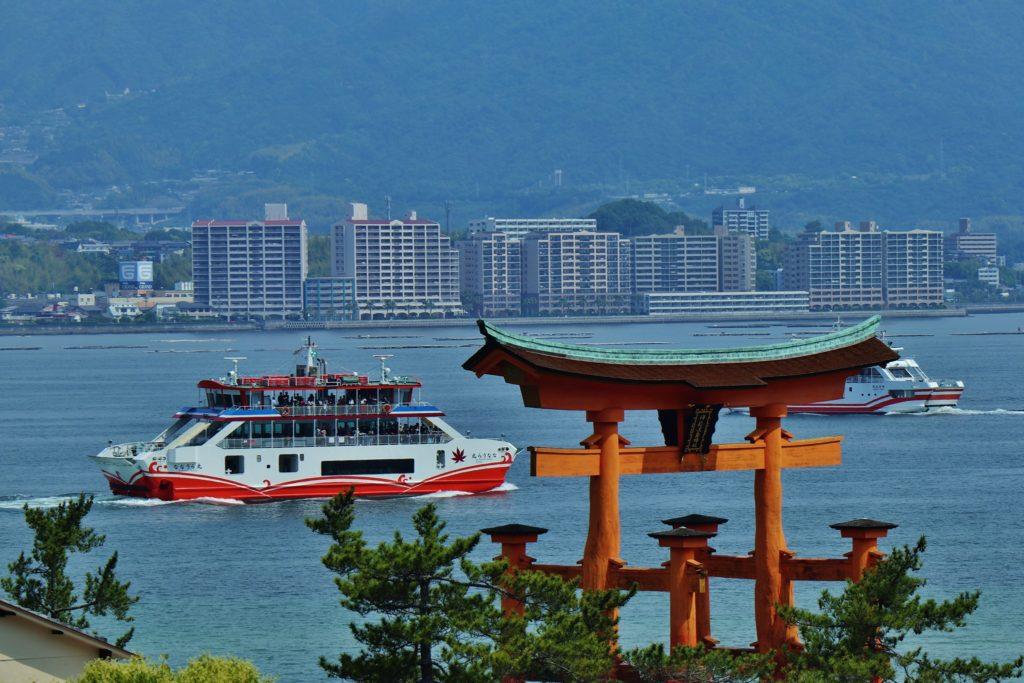 厳島神社大鳥居の前を通過するJR西日本宮島フェリー
