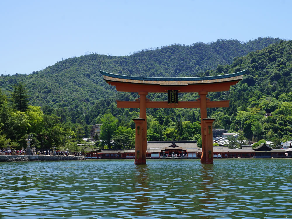 世界遺産の島『宮島』厳島神社の大鳥居